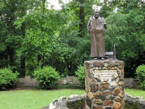 ヨゼフ修道士の、等身大の銅像