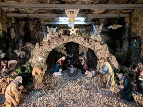 祠の中には、ネイティビティー(キリスト降誕の様子を表す人形)が飾られている