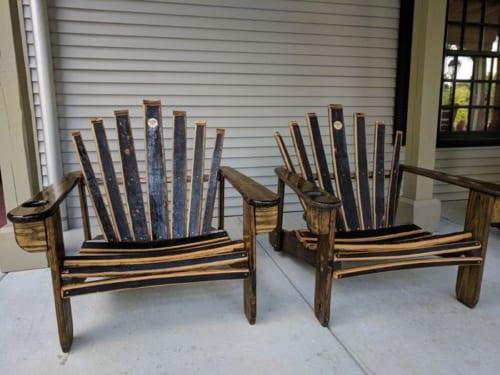 樽は1回限りで使い切る。使い終わった後の樽をばらして作った椅子が、蒸留所のあちこちに置かれている