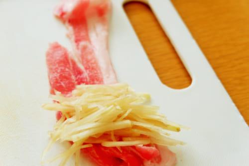 豚バラに新生姜をのせ、くるくると巻いていく。