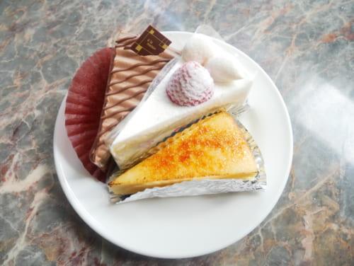 ほかにもチョコレートケーキ、ストロベリーショート、チーズケーキ、宇治の抹茶を使った北野ティラミス、プリンがあります。テイクアウトも可能です。