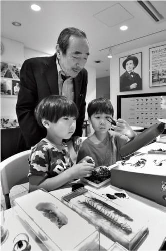 土曜・日曜に一般開放している昆虫館には、他県からも虫好きの子供たちがやってくる。「今 は学校でも地域でも、虫の楽しさを語り合える友達がなかなかいないんですね」