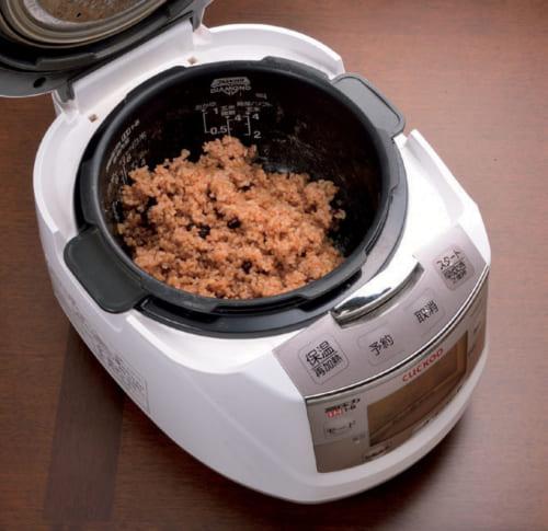 玄米ご飯は堀澤さんが見つけた炊飯器「CUCKOO New 圧力名人」で炊く。5時間ほどの浸水で玄米が発芽し、その後1時間ほどで炊飯。手軽に発芽玄米ご飯が炊け、しかも圧力が高いので、ふっくらと柔らかく炊き上がる。