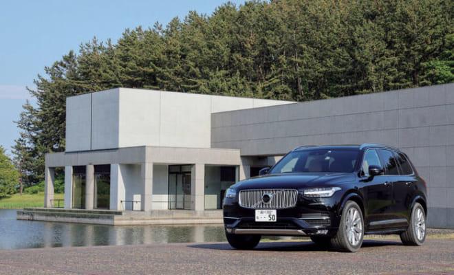 酒田市にある土門拳記念館の前で。XC90の車体色は7色から選べる(写真は漆黒のオニキスブラックメタリック)。全車種が4輪駆動で2輪駆動車はない。