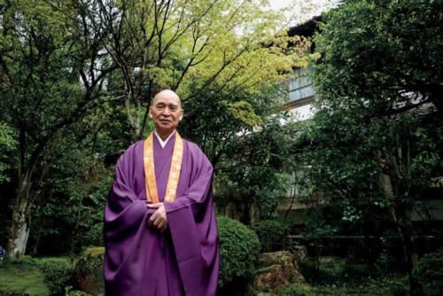 「80歳くらいになって、人間とか仏教とかが分かってきて、人生が楽しくなった」と語る堀澤祖門老師。自坊のある近江・坂本と京都・大原を行き来している。三千院自室前の庭で。