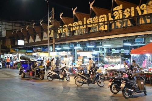 チェンマイ門市場が最も賑わうのは夜半から翌朝