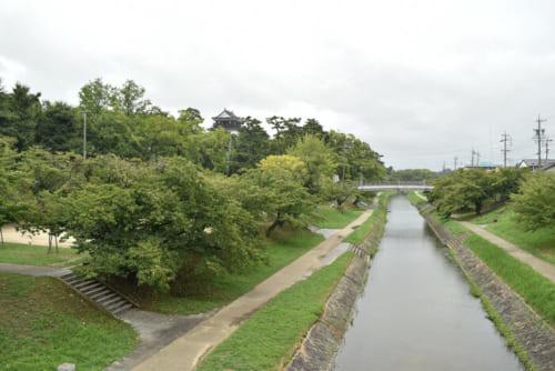 岡崎城の西側を流れる堀代わりの伊賀(いが)川。川沿いには、家康ゆかりの「家康公産湯の井戸」がある