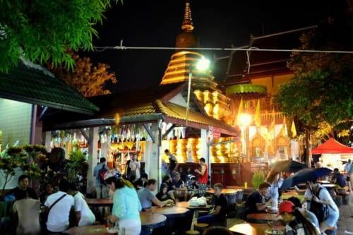 燦然と輝く金色の仏塔は、四面それぞれに仏像が安置されている