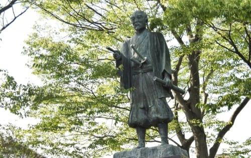 城下町柳川に流れる掘割を見つめるように立つ「田中吉政公之像」