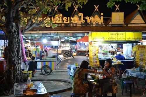 タイ人にとって屋台街は気軽なオープンエアレストラン