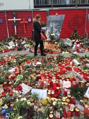 今も花や蝋燭が捧げられている