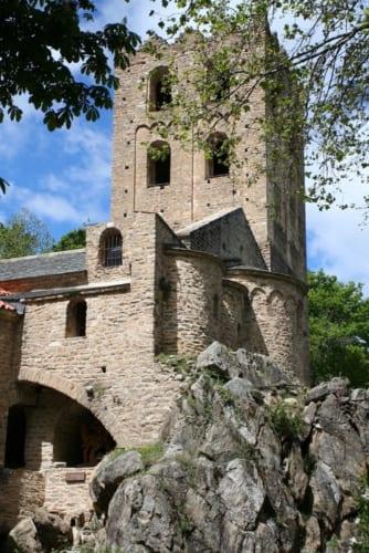 岩の上に立つ僧院