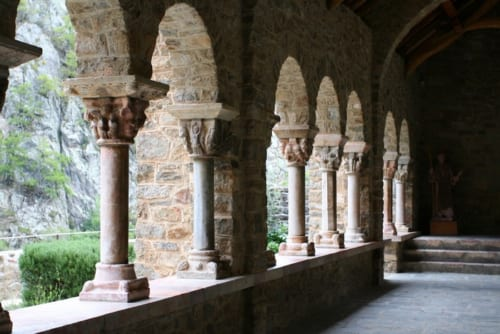 庭をめぐる回廊には、中世の柱が残っている