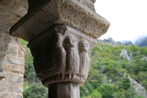 口が小さく耳が大きい僧を彫った柱