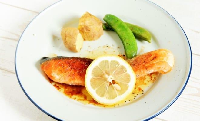 【管理栄養士が教える減塩レシピ】|さっぱりレモンで疲労回復!「かいわれ入りレモン豚丼」「鮭のムニエルレモンバターソース」