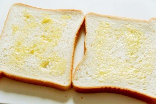 食パン両面にバターを塗る