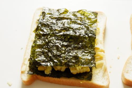 チーズの上に韓国海苔をのせ、もう一方の食パンをのせたら全体を押さえる