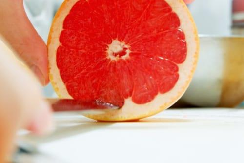 グレープフルーツは皮をむき、身を取り出す