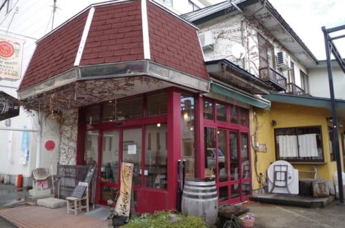 山形・赤湯温泉の入り口にたたずむ酒井ワイナリー。この町のひとつの象徴的な存在だ。