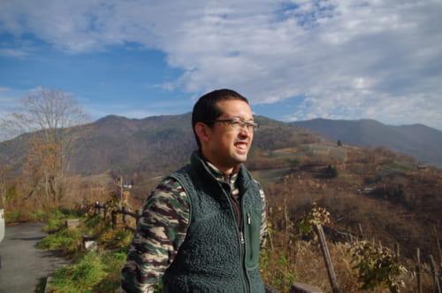 山の中腹にある鳥上坂にたたずむ。「東日本大震災のときにガソリン、電気、水も止まった。それから、この土地の個性とはなんなのかとより考えるようになりました。ワイン造りはつねに悦び、やりがい、楽しさが尽きない」