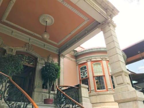 同区のランドーマーク的なカサ・ラム(https://www.casalamm.com.mx/ )。94年に文化センターとして再オープンしたのち97年に建築遺産として指定された。 Av. Álvaro Obregón 99, Roma Nte., 06700 Ciudad de México, CDMX