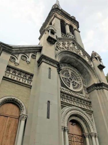 サグラダファミリア小教区(http://www.padrepro.com.mx/index.php )は1910年竣工。ネオゴシック様式やネオロマネスク様式を用いている。 Puebla 144, Roma Nte., 06700 Ciudad de México, CDMX
