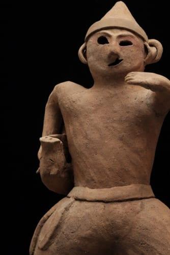 埴輪(猪を抱える猟師) 1個 古墳時代 個人蔵