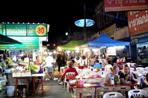 テーブルには外国人が多いが、タイ人客はテイクアウト率が高い
