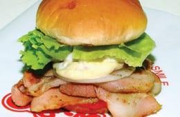 ベーコンエッグバーガー発祥店として知られている「BigMan」のハンバーガー。佐世保で40余年愛されているバーガーショップ。