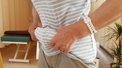 お腹の脂肪や皮膚を両手でつかみ、持ち上げる