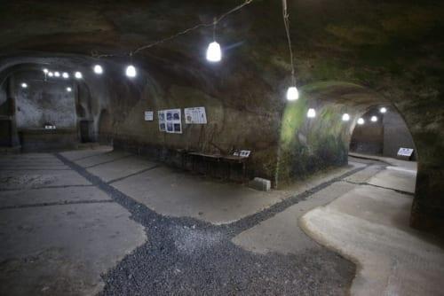 第二次世界大戦中に小中学生の手で掘られた防空壕「無窮洞」。洞内には、全校生徒600人を収容できる広大な空間が広がる。