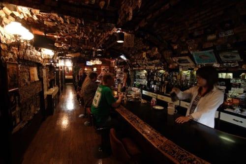 有名店の「グラモフォン」。店内の壁には1ドル札が所狭しに貼られている。写真提供/佐世保観光コンベンション協会