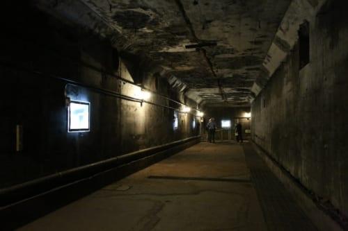 暗く、長い廊下を通ってしばらく行くと、広々とした作戦室へ辿りつく。
