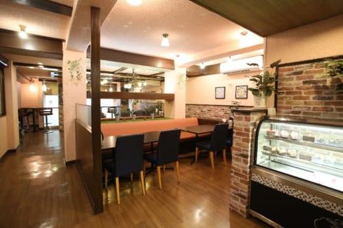 2階のカフェ。2019年2月に内装をリニューアルしたばかりの店内は、ゆったり落ち着いた雰囲気。
