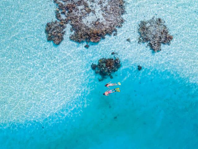 アイツタキ島は、透明度の高い珊瑚礁に囲まれた穏やかな海でシュノーケリングが楽しめる。Photographer:David Kirkland