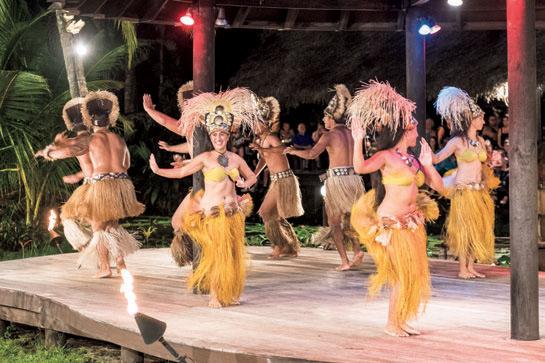 島で公演されるポリネシアンダンスショー。ラロトンガ島の歴史を表現したダンスが披露される。