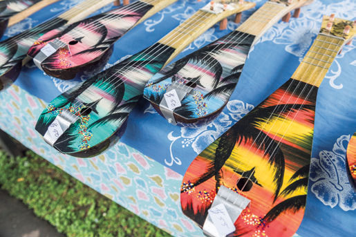 カラフルなウクレレは土産物として人気がある。ラロトンガ島で作られており、専用の工房もあって輸出もされている。