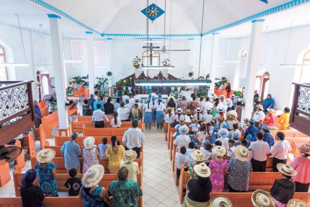 ラロトンガ島には村ごとに教会があり、日曜日には多くの人が教会へ礼拝に訪れる。マオリの言葉で歌われる讃美歌が響く。