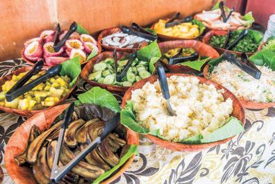 船内ではマオリの伝統料理や特産の果物が味わえるランチが用意されている。