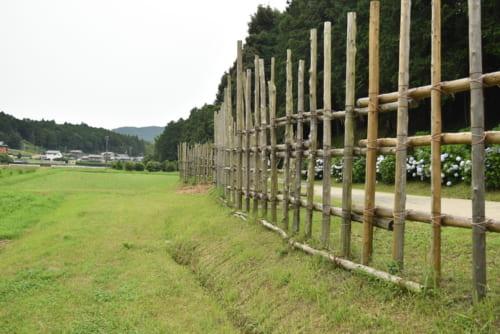 武田の騎馬軍団を鉄砲で迎え撃つために築かれた馬防柵。長篠城(愛知県新城市)近くに再現されている