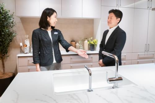 """""""ノイズレスデザイン""""という思想が、随所に反映されていることを『サライ.jp』編集長・稲葉(右)に解説する志村さん(左)。"""