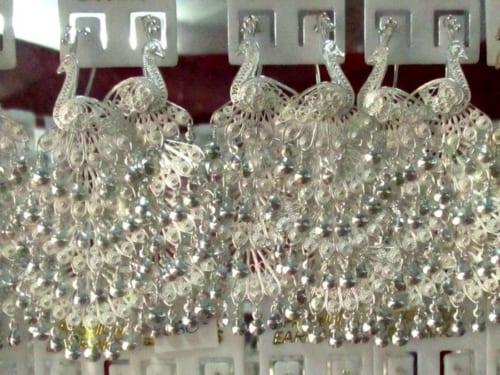 価格は銀純度と重量で決まる。精巧なイヤリングが1組1750バーツ(約6000円)(シェリー)