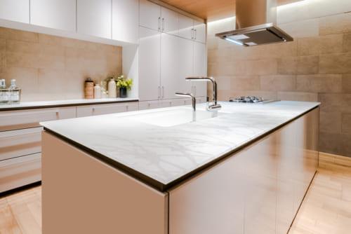 システムキッチン『ザ・クラッソ』の、フラット対面型キッチンは、クリスタルカウンターが魅力的。リビングとの調和と快適性、手入れのしやすさが支持されている。