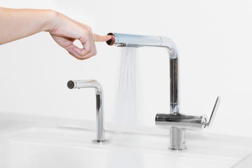 水の出し止めがワンタッチなので、食材の脂などで手が汚れているときでも、水が出せる。