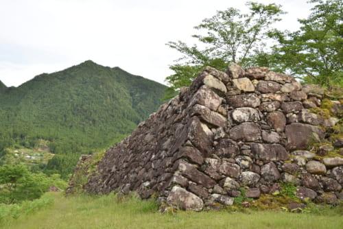 藤堂高虎が縄張りをした赤木城。横長の自然石が積み上げられているのが特徴
