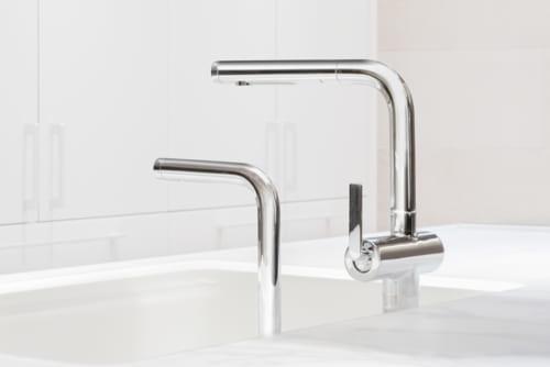 システムキッチン『ザ・クラッソ』フラット対面型キッチンには多くの特長がある。この、明るく透明感があるクリスタルカウンターと、美しいシルエットの水栓が目を引く。