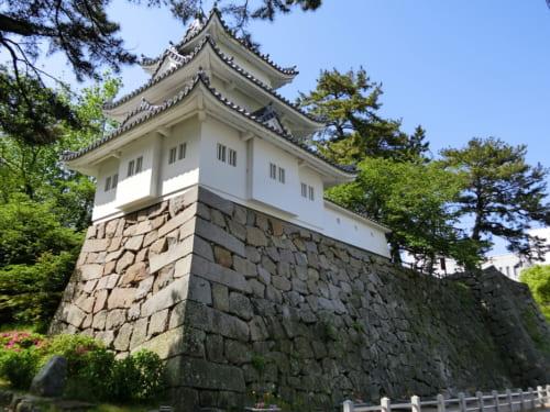 戦後復興のシンボルとして建てられた津城の丑寅三重櫓(模擬再建)