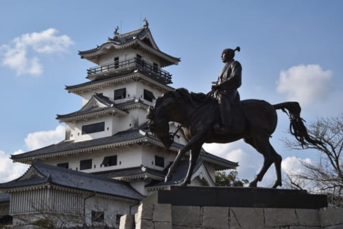 今治城天守と藤堂高虎公像。徳川家への忠誠心を示すため、天守は丹波亀山城へ移築されたという説がある