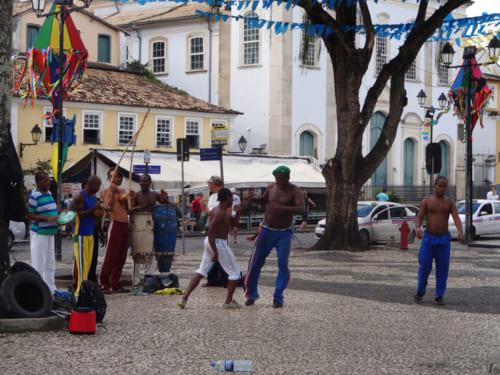 石畳の広場でカポエラで身体を鍛えるバイーアの男達