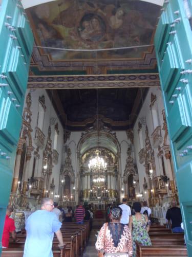 教会の中で祈りを捧げる人々